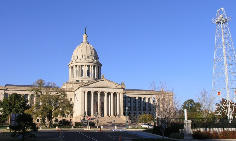 Oklahoma_Capitol_building_with_oil_derrick